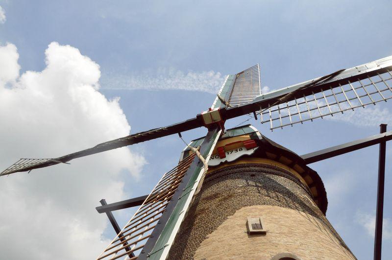 Windmill_lookingup